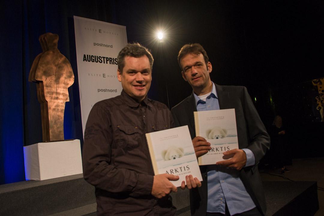 Ole Jørgen Liodden (till vänster) och Felix Heintzenberg (till höger) med boken Arktis – Liv i en värld av is och snö..